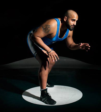 L'homme en lutte unitard affiche une posture de lutte.